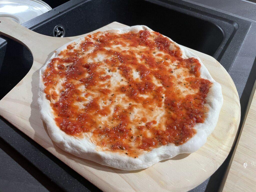 pizza stesa su pala